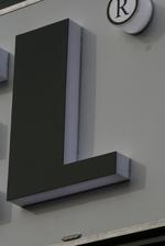 Проектира и монтира рекламни обемни букви