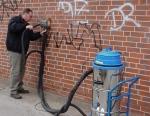 Премахване на графити от фасади с пясъкоструен апарат